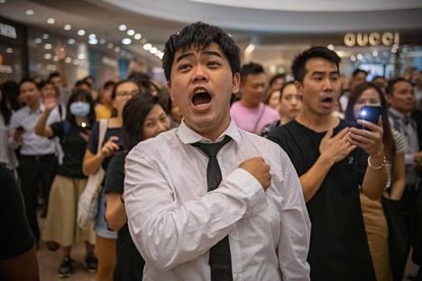 Mielenosoittajat osallistuivat syyskuussa demokratiaa ajavaan Glory to Hong Kong -laulutilaisuuteen kauppakeskuksessa Hongkongissa.