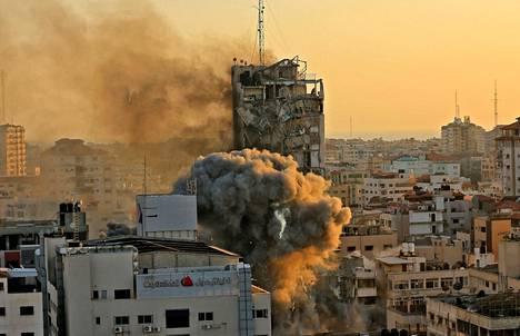 Al-Shruk-tornitalo luhistui kasaan israelin ilmaiskun jälkeen Gazassa.