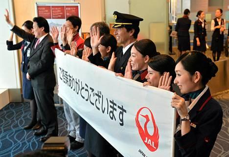 Japan Airlines -yhtiön työntekijät juhlivat Hanedan lentokentän laajennuksen avajaisissa sunnuntaina.