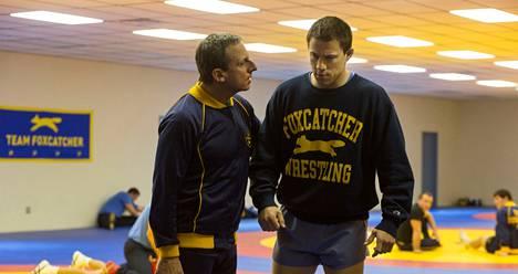 Steve Carell (vas.) on painivalmentajaksi ryhtynyt miljonääri ja Channing Tatum nuori painija elokuvassa Foxcatcher.