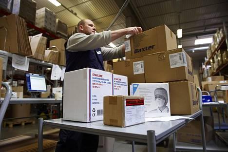 Jari Dunderfelt pinosi lähetettäviä paketteja Oriolan varastossa Espoossa 2009.