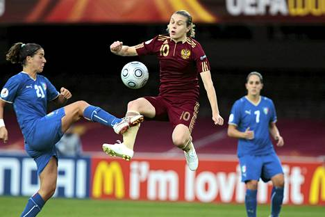 Italian Marta Carissimi (vas.) ja Giluia Domenichetti pelasivat Venäjän Olesya Kurochkinaa (kesk.) vastaan jalkapallon EM-kisoissa Helsingissä vuonna 2009.