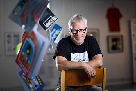 """Sarjakuvataiteilija Jorma """"Jope"""" Pitkäsen töitä oli esillä Suonenjoen kirjastossa."""
