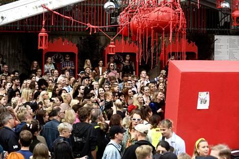 Helsinkiläinen Flow-tapahtuma vannoo yhteisöllisyyden nimeen. Yleisöä House of Auer -dragkollektiivin keikalla Flow-festivaaleilla Helsingissä elokuussa 2019.