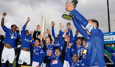 RoPSin kapteeni Antti Okkonen nosti cupin voittopokaalin ilmaan. RoPS voitti Töölössä pelatussa finaalissa KuPSin 2–1.