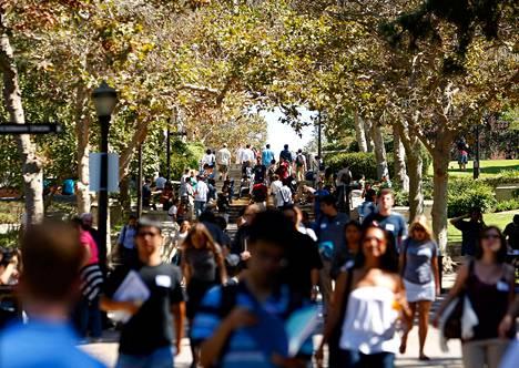 Opiskelijoita Californian yliopiston kampus-alueella.