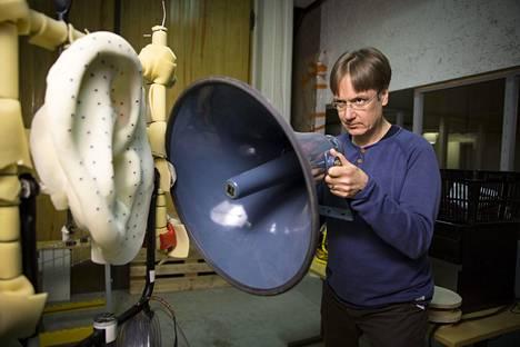 Korva osallistuu etäisyyksien arviointiin. Akustiikan professori Ville Pulkki ison korvan mallin äärellä. Kuva ei liity Yhdysvalloissa tehtyyn tutkimukseen.