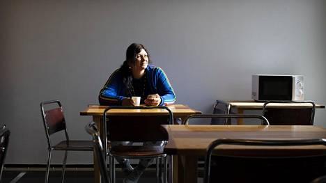Päiväkeskus Hirundon ruokailutilassa istuu viisi vuotta sitten Suomeen muuttanut Elena Dima. Aamut ovat hiljaista aikaa päiväkeskuksessa.