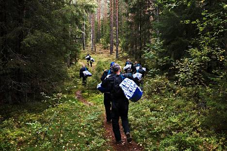 HS seurasi syyskuussa 2018 kuntakokeiluun liittynyttä työttömien kuntouttavaa työtoimintaa Tampereen Teiskossa. Kuvassa Pitkospuita pitkin työelämään -ryhmä kantaa polttopuita laavulle Kintulammin luonnonsuojelualueella.