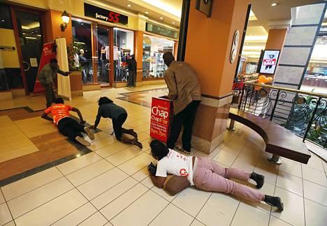 Ihmiset etsivät suojaa tulitukselta Westgaten ostoskeskuksessa.