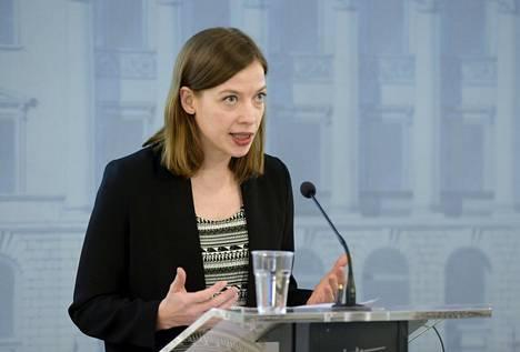 Opetusministeri Li Andersson (vas) kertoi koulujen tilanteesta tiedotustilaisuudessa 23. maaliskuuta.
