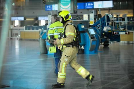 Palomiehet tutkivat suljettua T2-terminaalin lähtöaulaa hengitystä ärsyttävän aineen takia Helsinki-Vantaan lentoasemalla viime torstaina.