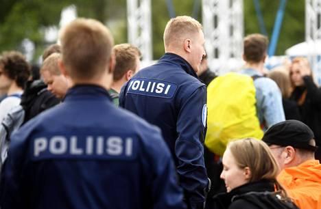 Poliisi partioi yleisön joukossa Hämeenlinnassa järjestetyssä konsertissa heinäkuussa 2019.