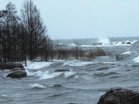 Korkeat aaallot iskivät Lauttasaaren rantaaan Helsingissä maanantaiaamuna.