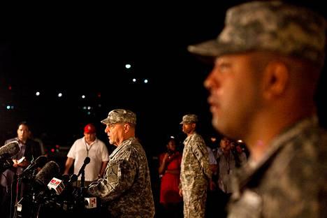 Kenraaliluutnantti Mark Milley kertoi ampumistapauksesta tiedotusvälineille Fort Hoodissa myöhään keskiviikkoiltana.