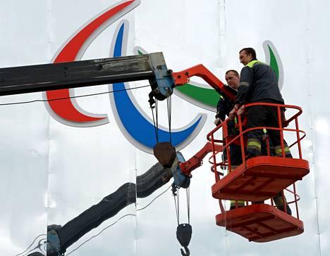 Työmiehet viimeistelivät torstaina Sotšin paralympiakisojen tunnuksia.