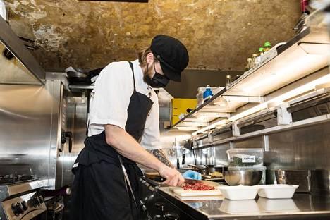 Jalmari Kahiluoto valmisteli asiakkaalle mukaan otettavaksi myytävää ruoka-annosta keskiviikkona ravintola Kuurnassa Helsingin Kruununhaassa.