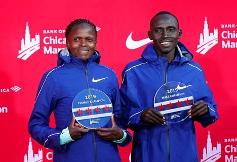 Niken kengillä juossut Brigid Kosgei teki Chicagossa uuden naisten maailmanennätyksen. Lawrence Cherono voitti miesten kisan.