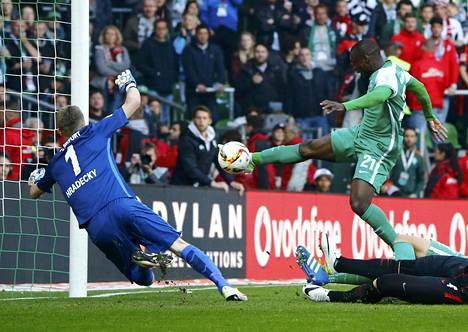 Werder Bremenin Anthony Ujah teki päätöskierroksen ottelun ainoan maalin ohi Frankfurtin Lukas Hradeckyn.