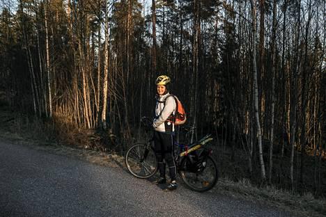 Hiihtämään matkalla ollut Satu Alavalkama sai pyöräillä Oittaan laduille pitävällä ja kuivalla alustalla Espoossa.