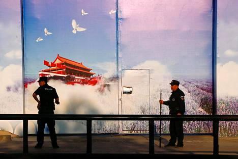 Propagandataide koristi uudelleenkoulutuskeskuksen julkisivua Huochengin alueella Xinjiangissa lähellä Kazakstanin rajaa syyskuussa 2018.