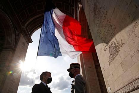Ranskan presidentti Emmanuel Macron ja puolustusvoimien komentaja François Lecointre kohtasivat Eurooppa-päivän juhlallisuuksissa Pariisin riemukaaren alla lauantaina.