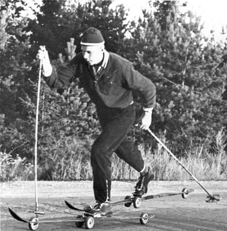 Rullat kiinnitettiin ensin tavallisiin puusuksiin. Mallia otettiin usein lastenrattaista. Rullasuksihiihtoa joulukuussa 1957.