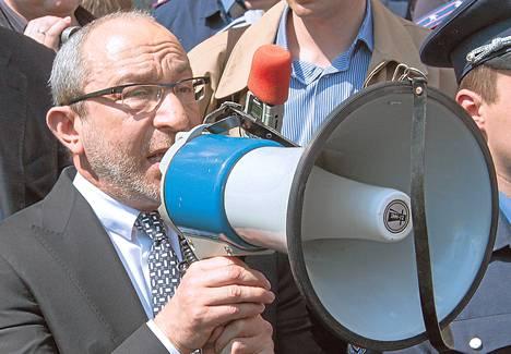 Harkovan pormestari Gennadi Kernes puhui megafoniin viime viikon keskiviikkona kaupungintalolla.