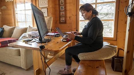 Helena Aatinen lähti mökille välttääkseen koronavirustartunnan ja asensi toimistonsa saunamökkiin.