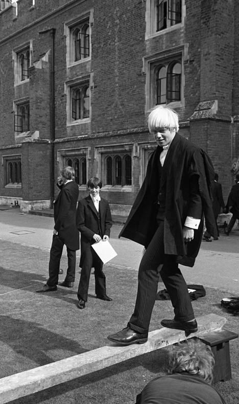 Boris Johnson 15-vuotiaana Etonin poikakoulussa. Samasta yksityiskoulusta on tullut jo parisenkymmentä Britannian pääministeriä.