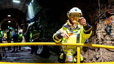 Ydinjäteyhtiö Posivan kehitysjohtaja Tiina Jalonen näyttää, mihin ydinjätteen loppusijoituskapseli sijoitetaan luolastossa.