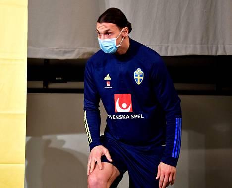 Zlatan Ibrahimović saapui lehdistötilaisuuteen kasvomaskissa.