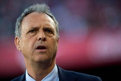 Sevillan päävalmentaja Joaquin Caparros sanoi, ettei aio puhua sairaudestaan ilmoituksen lisäksi enempää.