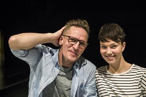 Sonja Sorvola näyttelee ja tanssii KokoTeatterin esityksessä Constellations kihlattunsa Sami Saikkosen kanssa.