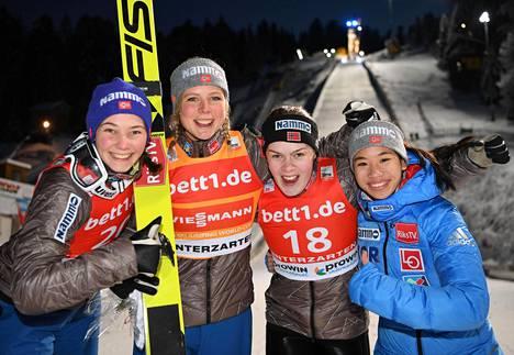 Norjan joukkue maailmancupin osakilpailussa Hinterzartenissa joulukuussa 2017. Thea Klevenin (oik) lisäksi mukana olivat Silje Opseth (vas), Maren Lundby ja Anna Odine Strøm.