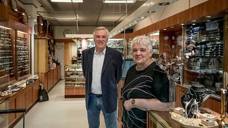 Jorma Österholm ja Terttu Finnberg aikovat vielä tämän vuoden pitää auki heidän isänsä perustamaa Kauniaisten kelloa ja kultaa. Liike on yksi vanhimmista Kauniaisissa.