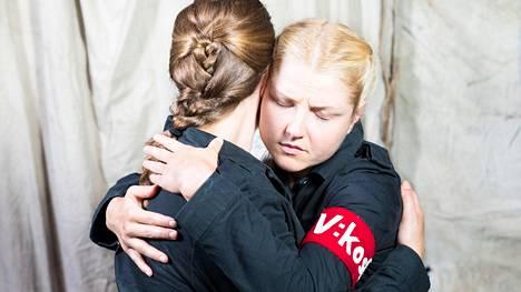 Maija (Oona Airola) ja Sigrid (Helmi-Leena Nummela) liittyvät Valkeakosken naiskaartiin.