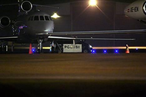 Poliisiauto Helsinki-Vantaan lentokentän liikelentoterminaalin alueella Vantaalla illalla 21. joulukuuta 2019, jolloin al-Holista kotiutettiin kaksi suomalaista lasta.