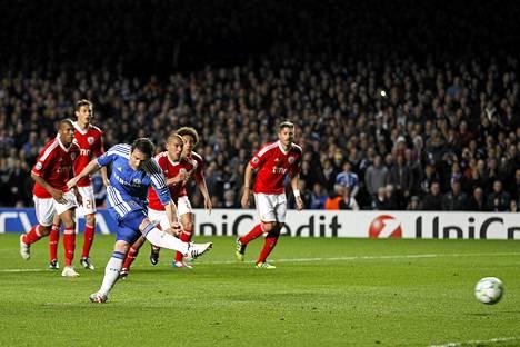 Frank Lampard teki Chelsean ensimmäisen maalin rangaistupotkulla.