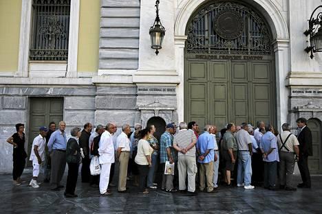 Eläkeläiset jonottivat eläkkeitään Kreikan Ateenassa perjantaina.