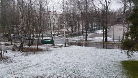 Maa valkoisena Maunulassa Helsingissä perjantaina aamulla. Lukijan kuva.