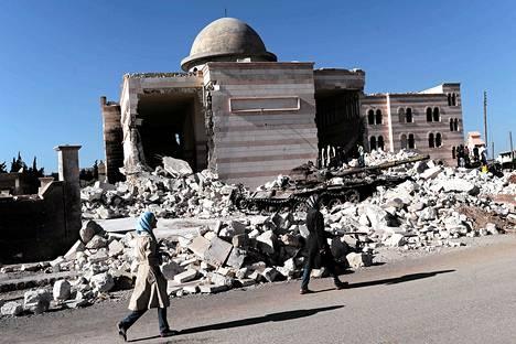Naiset ohittivat pommitetun moskeijan Azazin kaupungissa Aleppon pohjoispuolella torstaina.