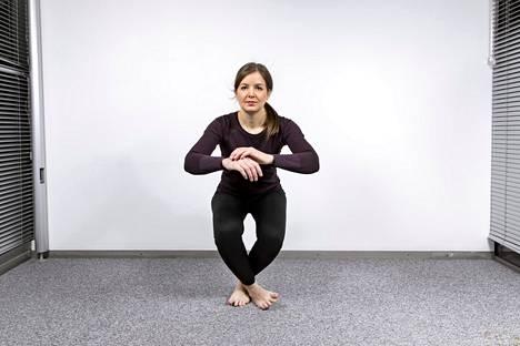 Liikkeessä koko keho on töissä, sillä riittävän tiukat vatsalihakset tukevat vartaloa pitämällä asennon etupainotteisena niin, ettei vartalo keikahda taaksepäin.