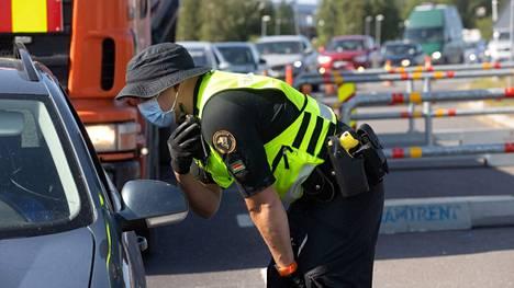 Ruotsin vastaisella rajalla Torniossa oli runsaasti liikennettä maanantaina, jolloin matkustaminen Suomeen vapautui. Rajavartijat olivat paikalla antamassa virka-apua Tornion kaupungille koronavirukseen liittyvien todistusten tarkastuksessa.