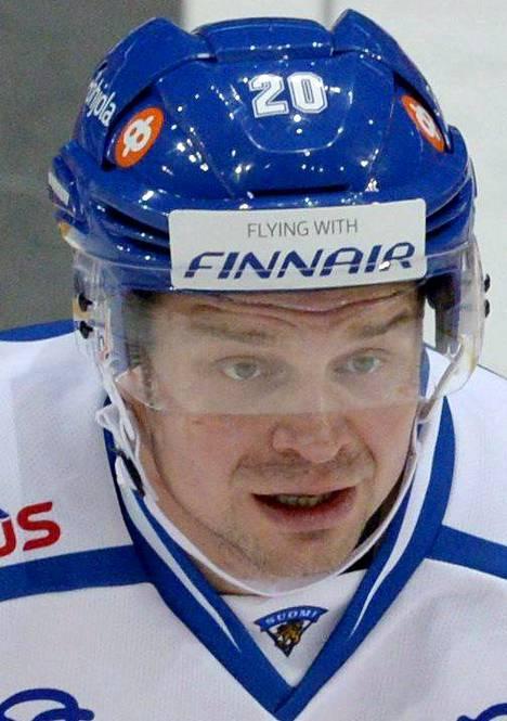 20 Janne Pesonen, 32 vuotta, Skellefteå AIK, SHL, 180 cm / 85 kg. Suomussalmelainen on yksi ansioituneimmista pelaajista. Kaapissa on mm. neljä Suomen mestaruutta, KHL:n mestaruus ja MM-kulta 2011. Tällä kaudella hopeaa Ruotsin liigan Skellefteåsssa.