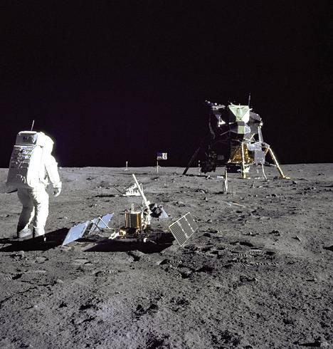 Tätä seutua haluavat kaksi senaattoria suojella. Etulalla Edwin Aldrin ja seismometri.