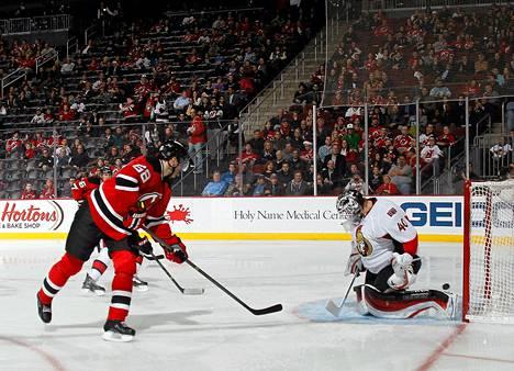 New Jersey Devilsin Jaromir Jagr laukoi kiekon ohi Ottawan maalivahdin Robin Lehnerin.