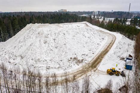 Lumi ei sula lumenkaatopaikoilla kesälläkään. Lumivuori Maununnevan lumenkaatopaikalla. Sen lumi ei tule sulamaan koko kesän aikana.