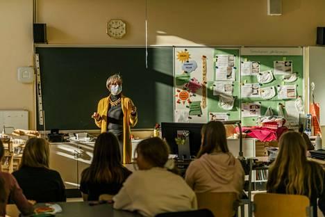 Opettaja Aino-Maija Peltoniemi on joka aamu tyytyväinen, että saa lähteä Myllytullin koululle lähitöihin.