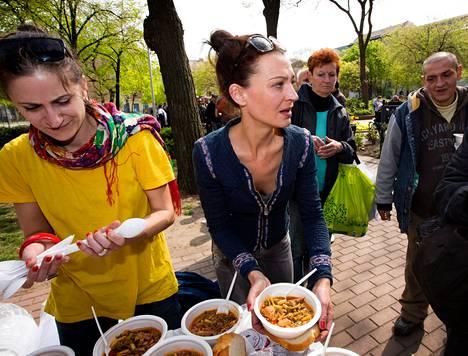 Anna Fazekas (vas.) ja Emese Pitifeji jakoivat keittoa viikko sitten.